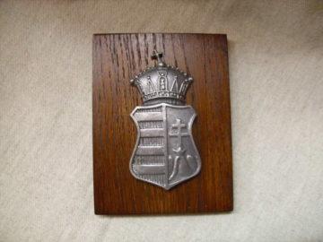 Koronás címer falidísz
