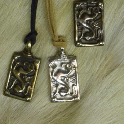 Griffes négyzetes medál