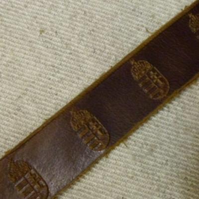 Címeres csatos bőr karkötő