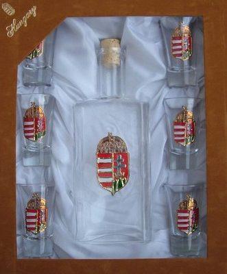címeres pálinkás üveg poharakkal díszdobozban