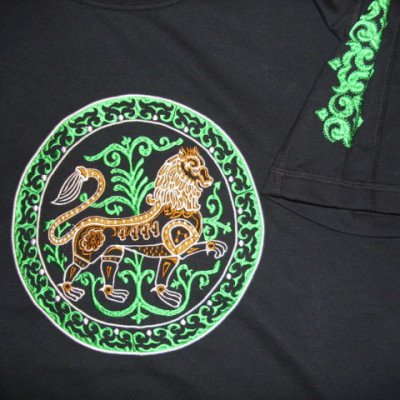 színes esztergomi oroszlános hímzett póló