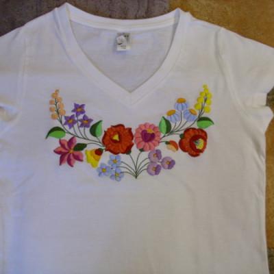 hímzett kalocsai mintás női póló