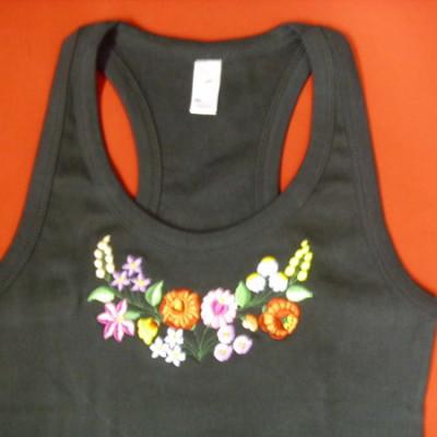 hímzett kalocsai mintás fekete női trikó