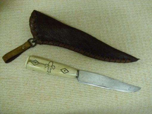 csontnyelű kés lóbőr tokkal - liliomos