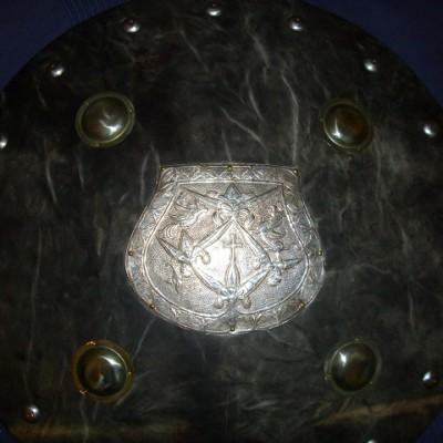 sötét színű ezüstlemezes pajzs