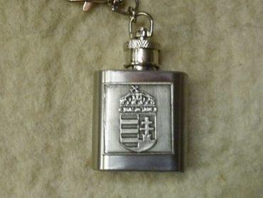 flaska formájú kulcstartó magyar címerrel