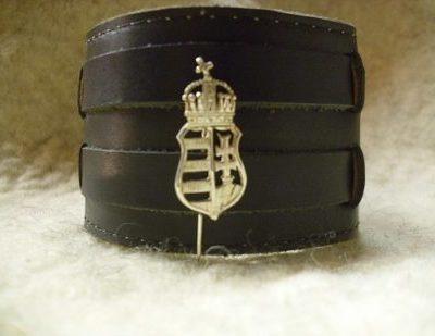 koronás címer kitűző