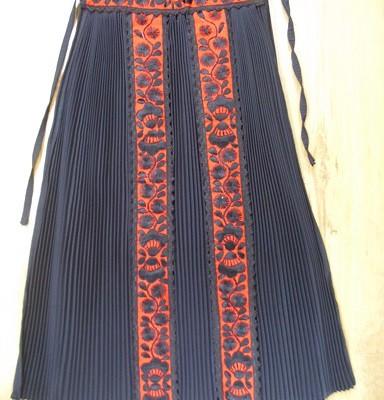 kalotaszegi fekete szoknya piros hímzéssel