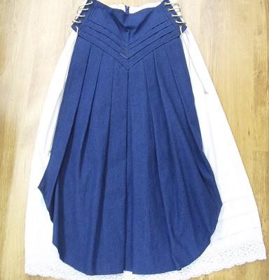 csipkésaljú fehér szoknya kék kötényrésszel