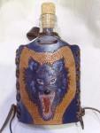 üveg flaska farkasos bőr díszítéssel