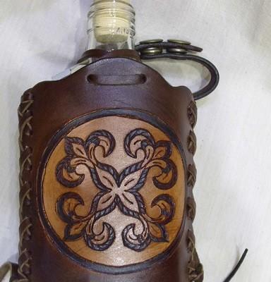 üveg flaska faragott bőr borítással