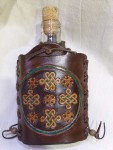 üveg flaska fonatos bőr borítással