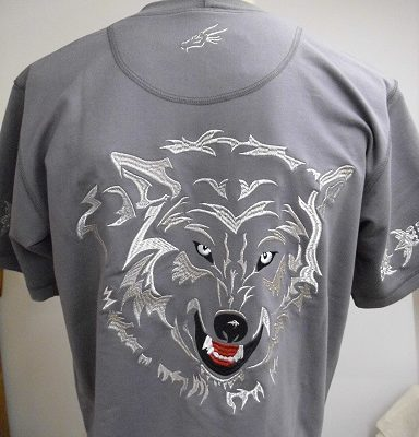 hímzett póló farkassal