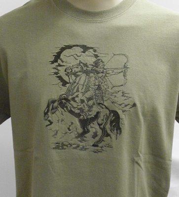 hímzett keki lovasíjászos póló