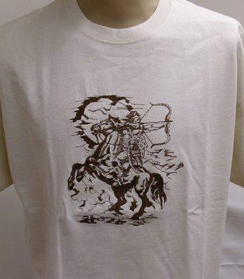 hímzett vajszínű póló lovasíjásszal