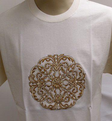 hímzett vajszínű póló mandala mintával