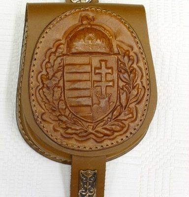 bőrlemezes tarsoly babérkoszorús magyar címerrel