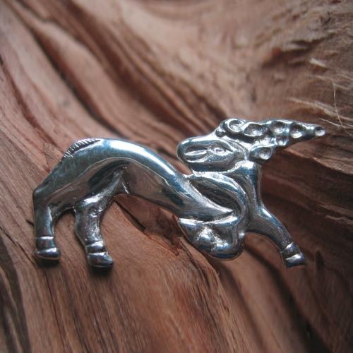szkita szarvas ezüst kitűző