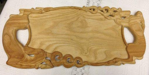 szarvasokkal díszített faragott tálca